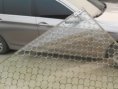 Wired glass laminated with ring mesh curtain, and the background is a silvery car.