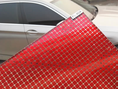 Wired glass laminated with red scale mesh, and the background is a silvery car.
